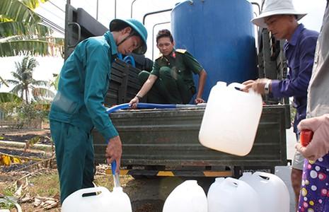Bộ đội chở nước miễn phí về vùng hạn giúp dân - ảnh 1
