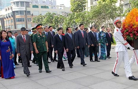 Lãnh đạo TP.HCM tri ân công lao của Hồ Chủ tịch - ảnh 1