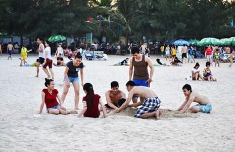 Xả rác tại bãi biển bị phạt tới 200.000 đồng - ảnh 1