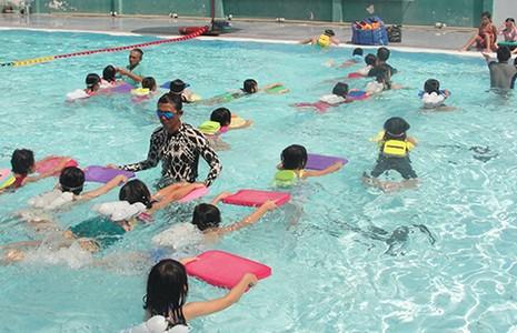 Mang xe đưa đón, dạy bơi miễn phí cho trẻ - ảnh 1