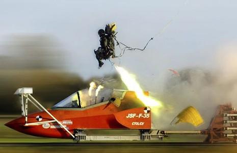 Ghế thoát hiểm phi công: Bùa hộ mạng vẫn ẩn chứa nhiều rủi ro - ảnh 1