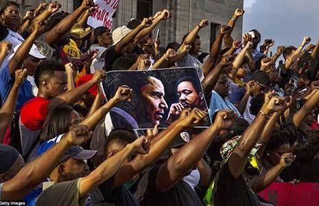 Biểu tình phản đối cảnh sát rầm rộ ở Mỹ - ảnh 1
