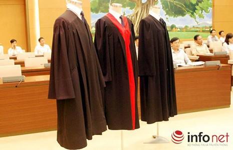 Thẩm phán mặc áo choàng khi xử: Trang nghiêm hơn! - ảnh 1