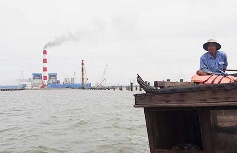Nhà máy khổng lồ xả khói đen… đạt chuẩn - ảnh 1