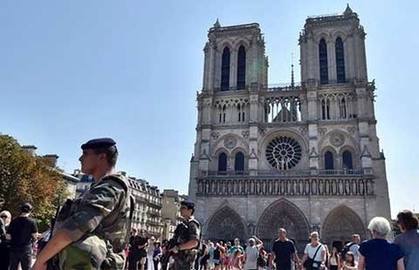 Ba nữ tặc khủng bố định đánh bom bình ga ở Paris - ảnh 1