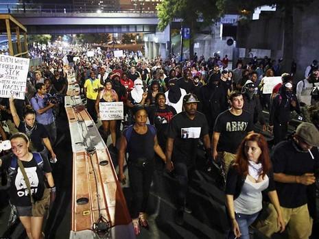 Charlotte giới nghiêm, người dân vẫn biểu tình phản đối - ảnh 1