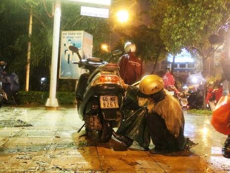 Mưa cực to, người Sài Gòn vật vã trong biển nước - ảnh 2