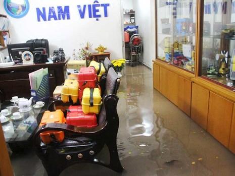 Mưa cực to, người Sài Gòn vật vã trong biển nước - ảnh 3
