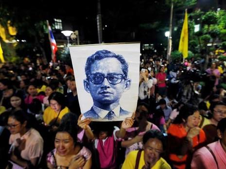 Quốc vương Bhumibol: Vị thánh sống của người Thái - ảnh 1