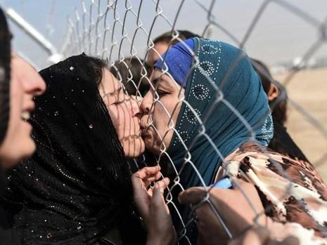 Nụ hôn ngày đoàn tụ trong chiến dịch Mosul  - ảnh 1
