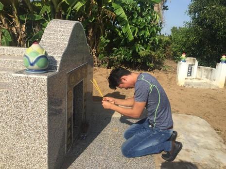 Sau gần 500 ngày trong trại tạm giam, về nghe tin cha đã chết, Sệt nghẹn ngào đi 300 cây số trong đem về que thắp nén nhang cho cha