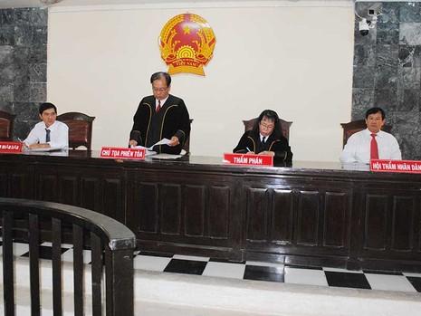 Quan tòa ở An Giang mặc áo choàng khi xét xử  - ảnh 1
