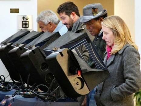 Trump thắng cử vì máy bỏ phiếu điện tử bị xâm nhập? - ảnh 1