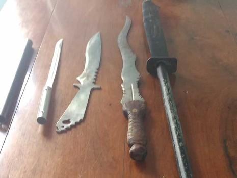 Cả đống đao kiếm và ma túy đá trong phòng trọ - ảnh 1