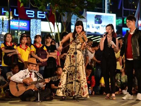 Phố đi bộ Nguyễn Huệ tưng bừng trong đêm 9-1 - ảnh 1