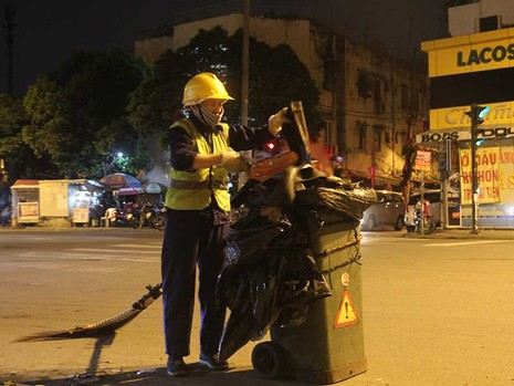 Nhọc nhằn công nhân quét rác - ảnh 1
