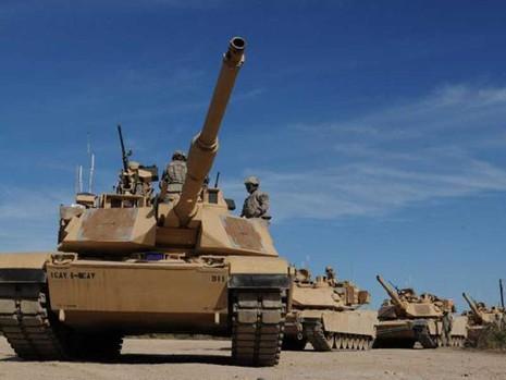 Xe tăng Mỹ rầm rộ tập kết gần biên giới Nga - ảnh 1