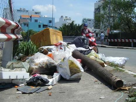 Cầu Lý Phục Man thành bãi rác tự phát - ảnh 1