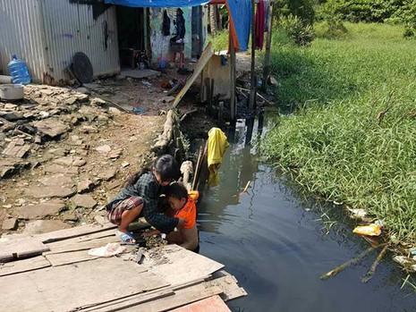 Gia đình 17 người nghèo xơ xác bên dòng kênh đen - ảnh 2