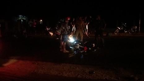 Người dân hốt hoảng sau cú tông mãnh liệt của hai chiếc xe máy - ảnh 1
