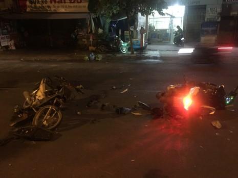 Hai xe máy đối đầu, hai người bị thương nặng - ảnh 1