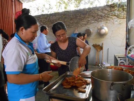 Xúc động chùm ảnh cả phường quây quần nấu cơm cho người nghèo - ảnh 4
