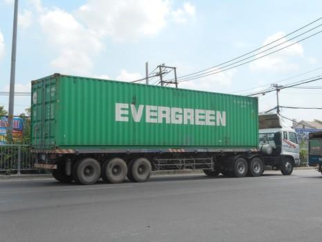 Container 'húc' xe buýt leo lên dải phân cách - ảnh 2