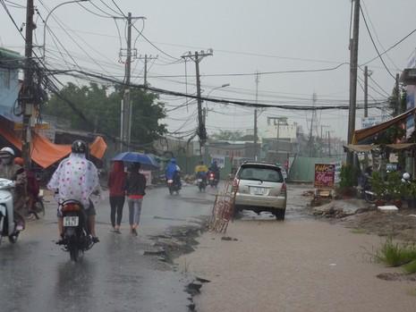 Nhiều tuyến đường nhếch nhác sau cơn mưa lớn - ảnh 4