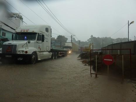 Nhiều tuyến đường nhếch nhác sau cơn mưa lớn - ảnh 7