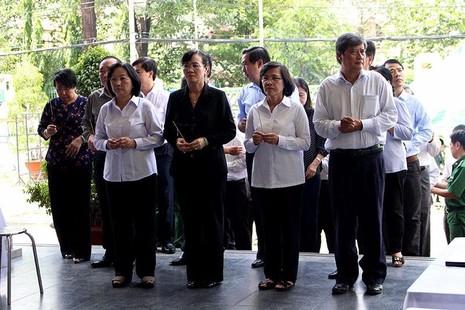 Bà Nguyễn Thị Quyết Tâm dẫn đầu đoàn đại biểu HĐND TP thắp nén nhang đầu tiên tiễn đưa ông Nguyễn Thanh Chín về nơi chín suối