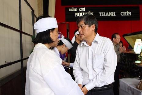Ông Nguyễn Văn Đua, nguyên Phó Bí thư Thường trực Thành uỷ, đại diện đoàn đại biểu thăm hỏi, động viên gia đình ông Nguyễn Thanh Chín