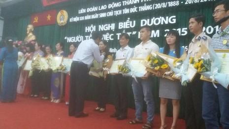 Đại diện Liên đoàn lao động TP.HCM trao bằng khen cho các cá nhân có việc làm tốt cho xã hội.