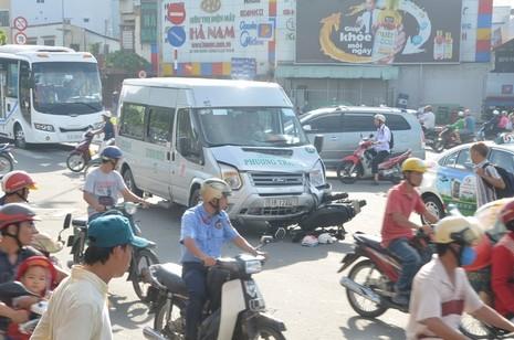 Xe khách tông xe máy, 1 thanh niên bất tỉnh - ảnh 2