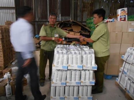 TP.HCM: Phát hiện kho chứa mỹ phẩm, thực phẩm lậu lớn - ảnh 4