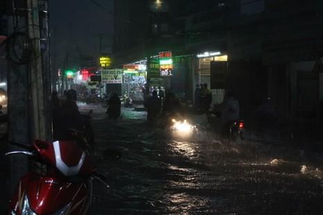 Người dân khổ sở vì nước xối xả tràn vào nhà - ảnh 1
