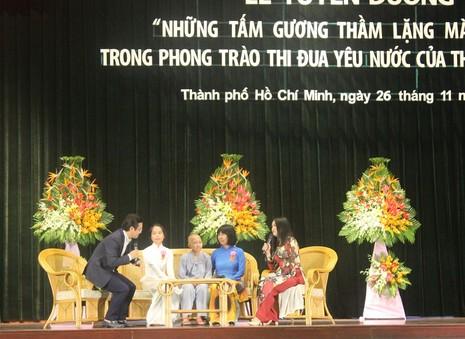 Cô Đinh Thị Kim Phấn (áo dài xanh) chia sẻ về công việc của mình tại lễ tuyên dương.
