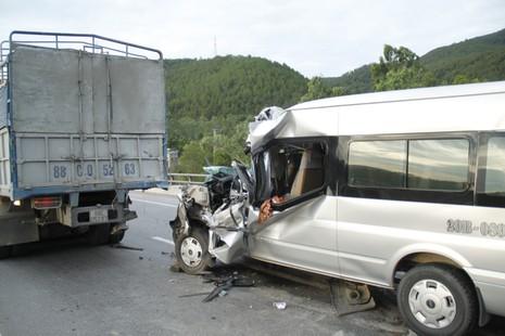 Xe chở khách du lịch đâm vào xe tải, 9 người thương vong - ảnh 1