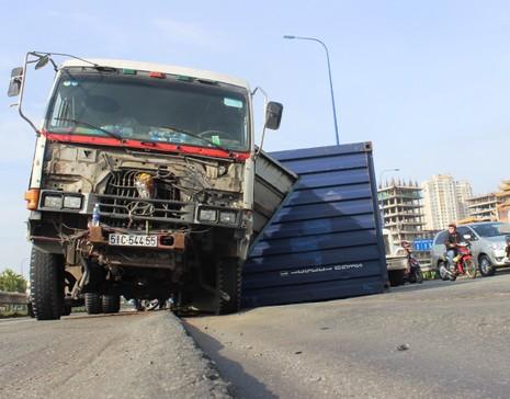 Đường lún khủng khiếp, xe đầu kéo nghiêng ngả hất văng cả container - ảnh 1