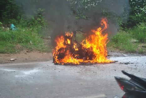 Đang lưu thông, xe máy bất ngờ bốc cháy - ảnh 1