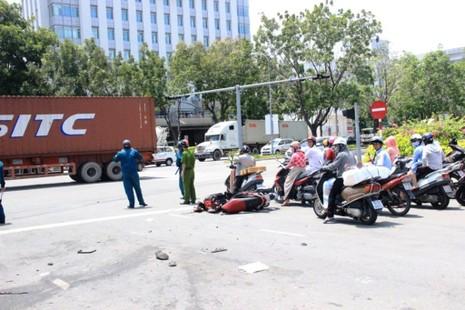 Xe container húc liên hoàn hai xe máy và một ô tô - ảnh 2
