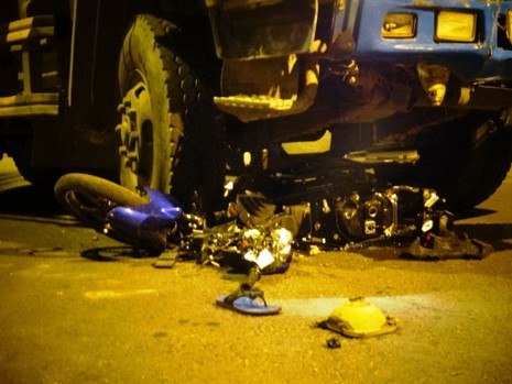 Xe máy va chạm xe ben, hai người tử vong - ảnh 2