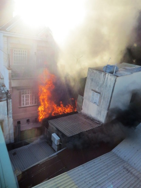 Căn nhà chứa sơn ở Sài Gòn bốc cháy, người dân hoảng loạn sơ tán - ảnh 1