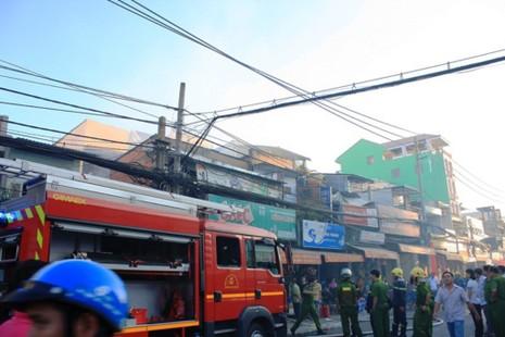 Căn nhà chứa sơn ở Sài Gòn bốc cháy, người dân hoảng loạn sơ tán - ảnh 4