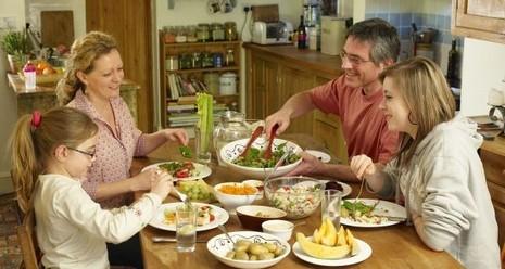 5 lý do bạn nên ăn tối trước 19h - ảnh 1