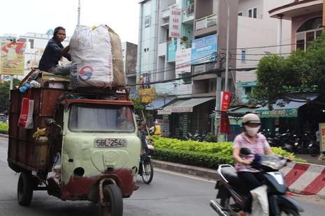 Xe 'mù', xe 'mờ' cản trở giao thông Sài Gòn - ảnh 1