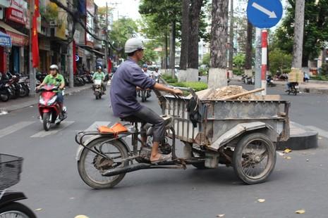 Xe 'mù', xe 'mờ' cản trở giao thông Sài Gòn - ảnh 2