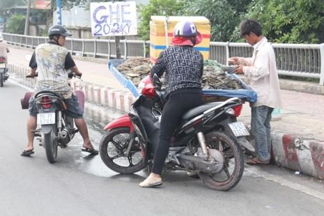 Cầu Tham Lương 'bốc mùi' vì tràn lan xe bán hải sản - ảnh 3