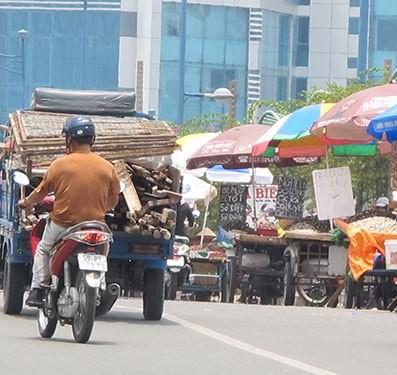 Cầu Tham Lương 'bốc mùi' vì tràn lan xe bán hải sản - ảnh 4
