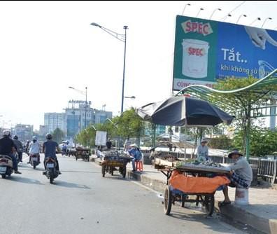 Cầu Tham Lương 'bốc mùi' vì tràn lan xe bán hải sản - ảnh 5