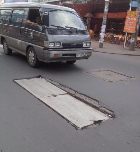 Nắp cống gãy đôi trên đường Phan Huy Ích đã được thay mới - ảnh 1